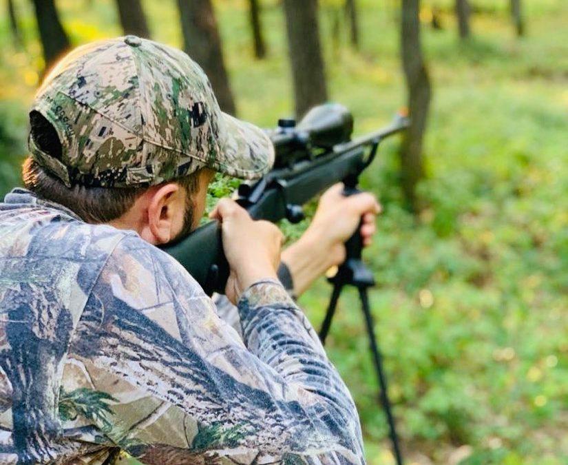 Der frühe Jäger fängt das Wildtier
